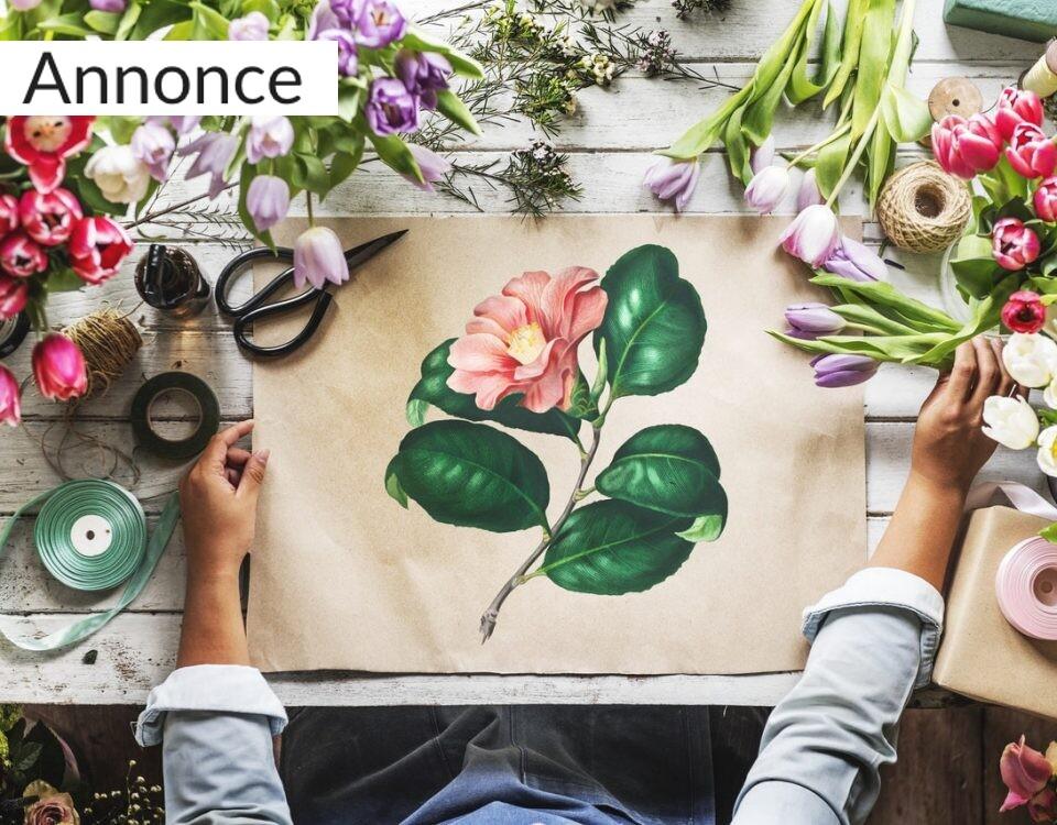Kvinde med tegning af blomst