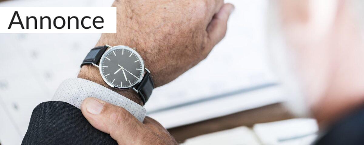 Mand kigger på ur
